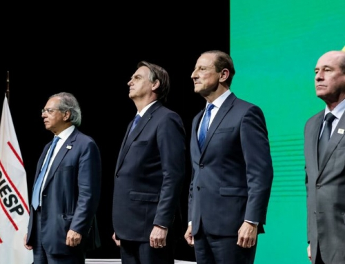"""Bolsonaro na Fiesp: aplausos e medalha """"O governo sucumbirá sem vocês"""",diz"""